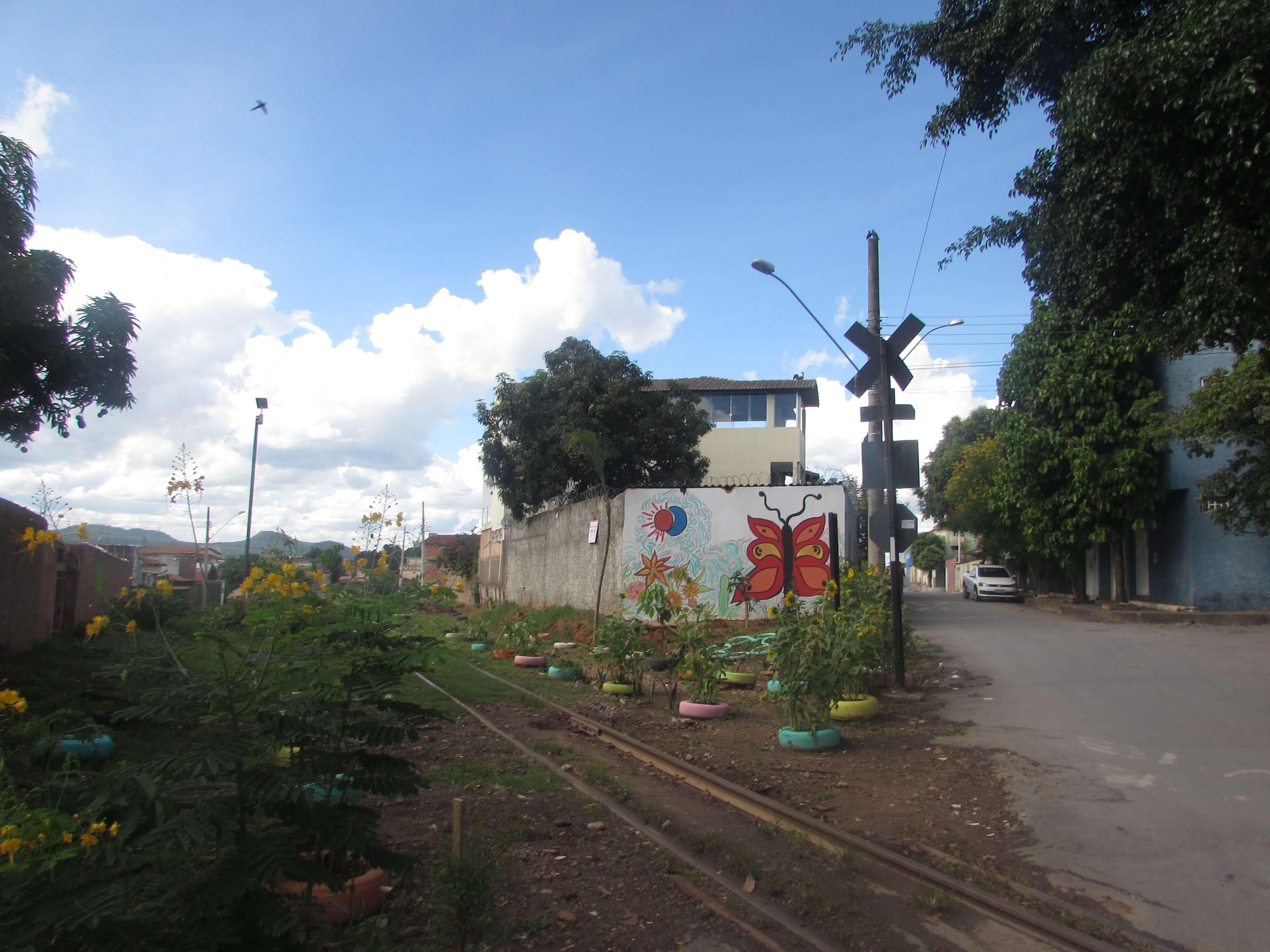 Imagem de destaque Prefeitura apoia moradora que fez jardim em despejo irregular de lixo e entulho