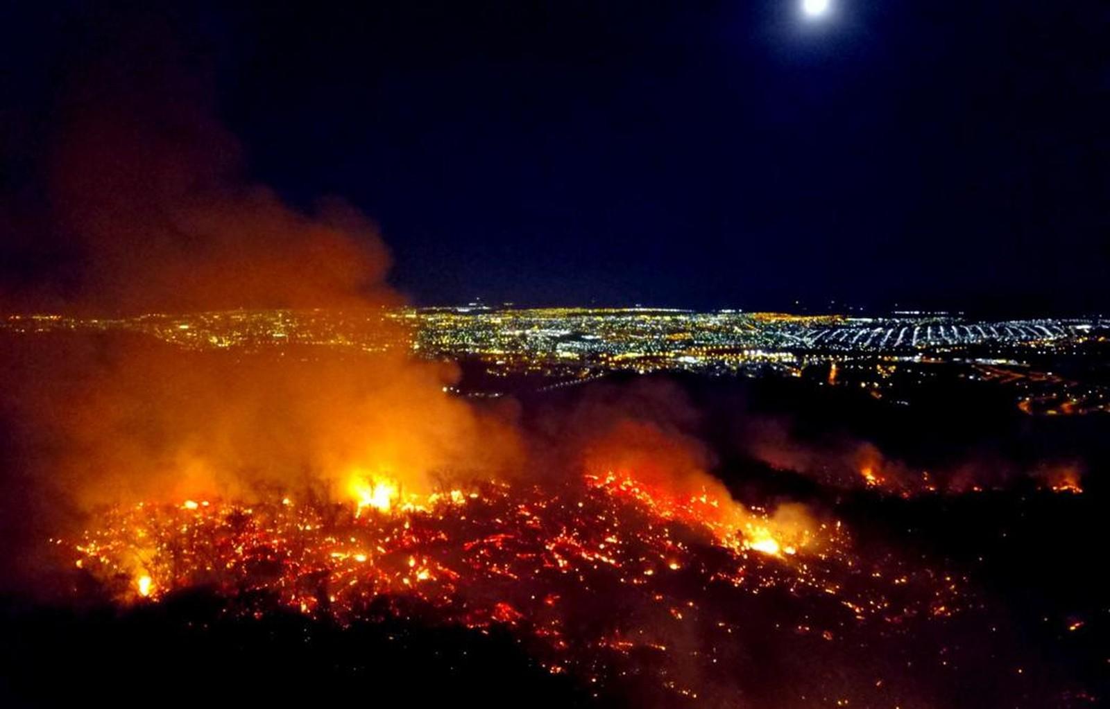 Imagem de destaque Bombeiros agradecem apoio da Defesa Civil de Montes Claros no combate ao incêndio da Serra do Mel