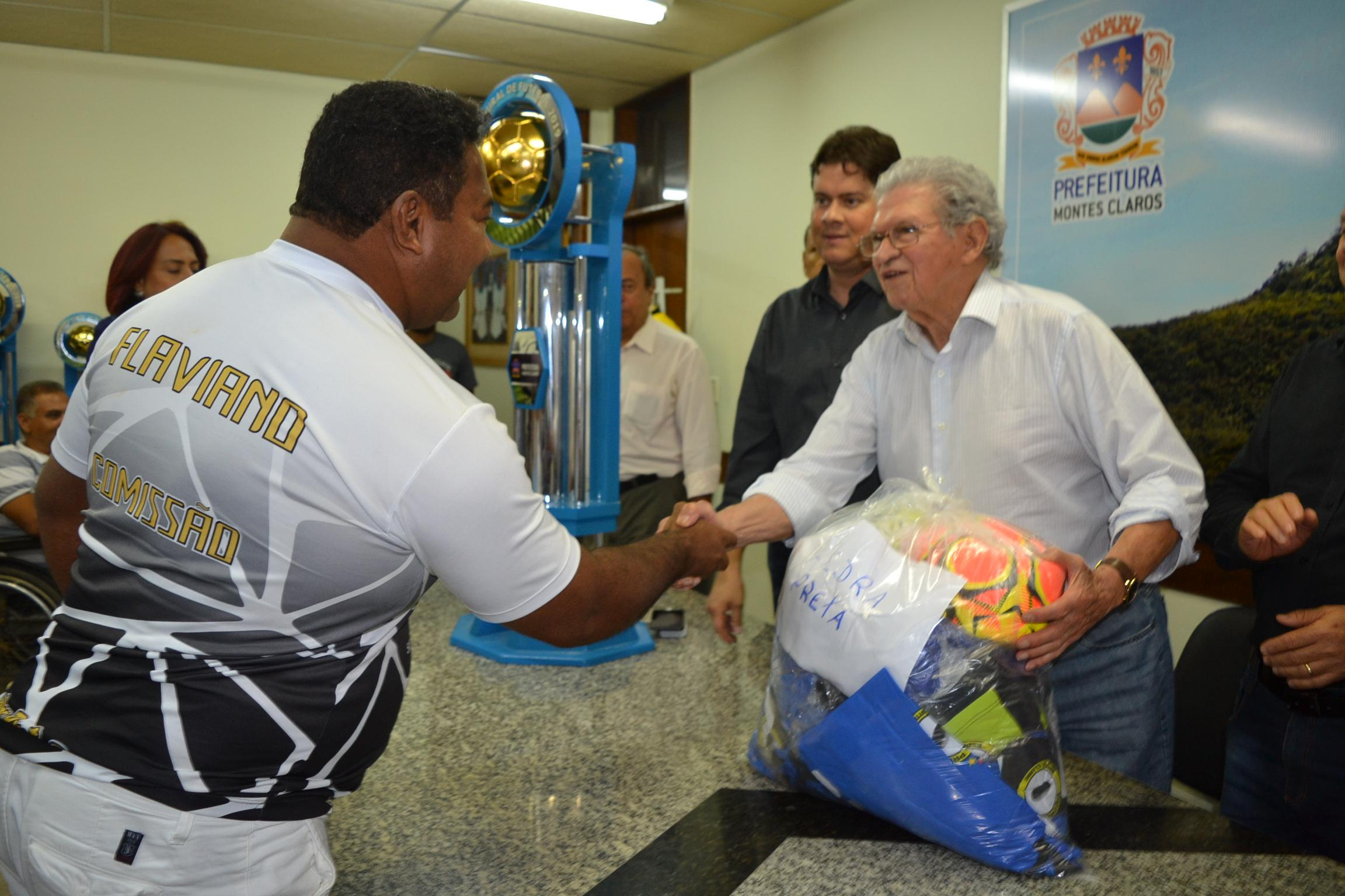 Imagem de destaque Prefeitura realiza entrega de material esportivo para atletas dos campeonatos Amador e Rural