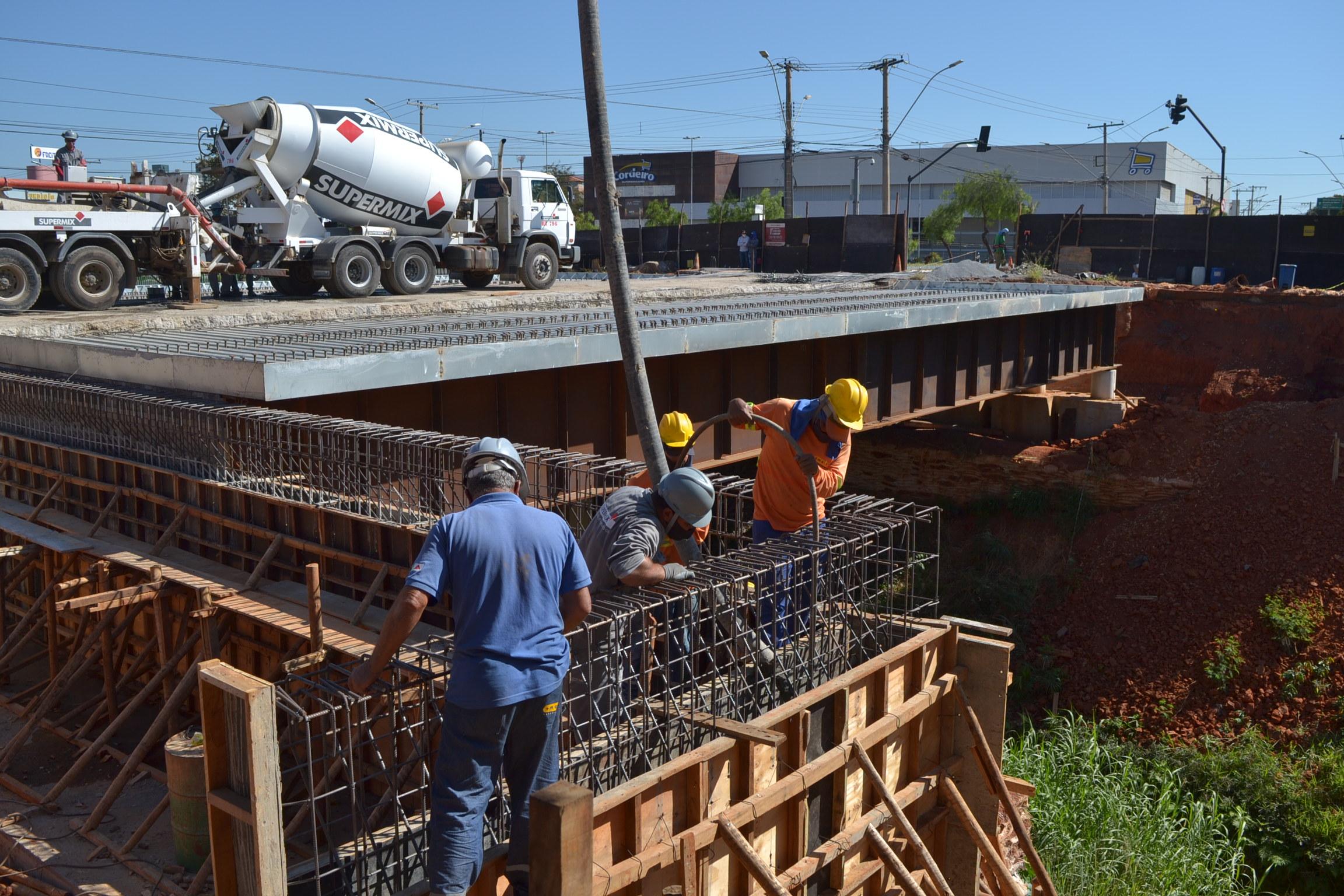 Imagem de destaque Prefeitura realiza concretagem em muro de contenção da ponte da avenida João XXlll